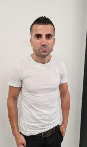 kapper in Schagen poseert, Bashir Mierkhan barbier van kapsalon 5 sterren.